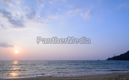 bunter sonnenuntergang am strand von khao