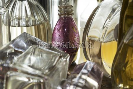 nahaufnahme von flaschen parfuem