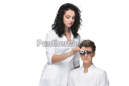 optiker untersucht die augen des jungen