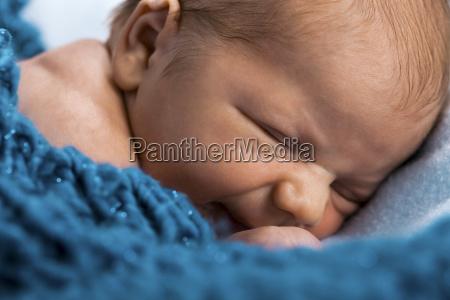 nyfodt spaedbarn baby svobt nogen i