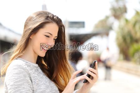 maedchen sms auf einem smartphone in