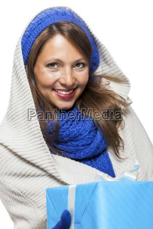 junge attraktive frau mit blauer wollmuetze