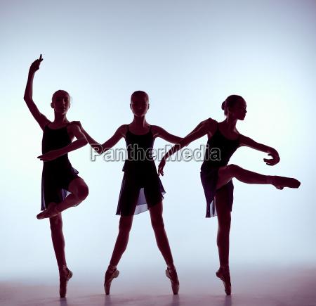 komposition aus silhouetten von drei jungen