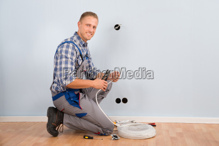 elektriker stripping draht in haus
