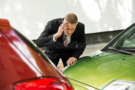 stressed driver blick auf auto nach