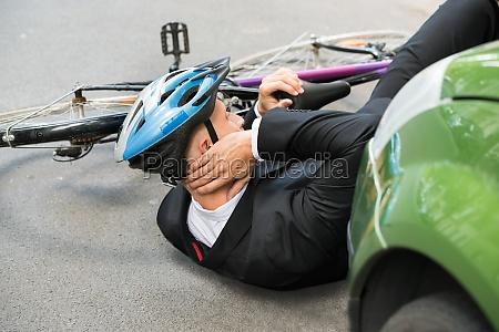 mannesradfahrer nach autounfall