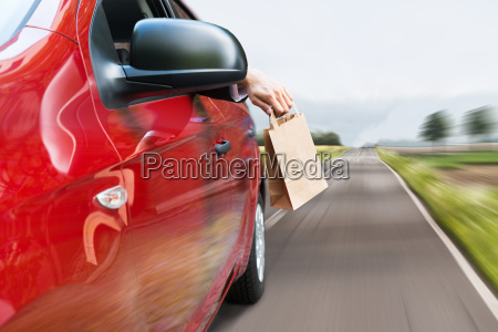 werfender abfall trash out of car