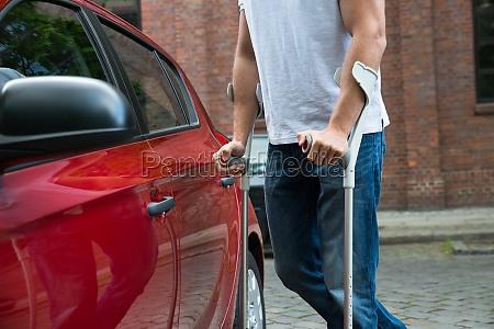 disabled man oeffnungs tuer eines autos