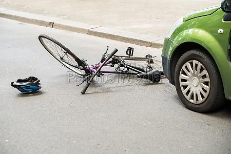 fahrrad, nach, unfall, auf, der, straße - 14232083