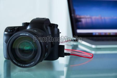 dslr foto kamera angebunden an laptop
