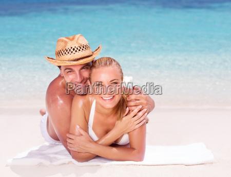 glueckliche paare auf dem strand