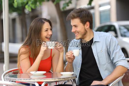 coppia o amici che parlano e