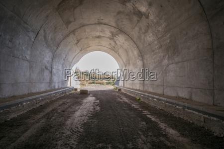 im halb fertiger tunnel mit blick