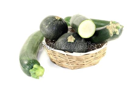 gemischte zucchini in einem korb