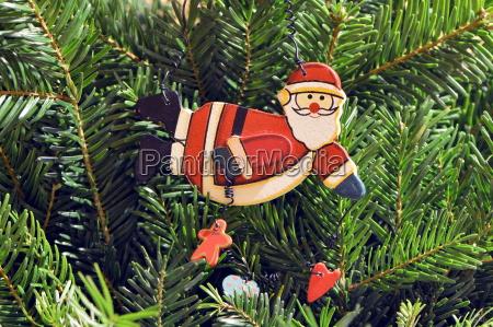 weihnachtsmann als schmuck am weihnachtsbaum