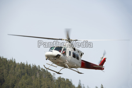 hubschrauber bell 412 im flug