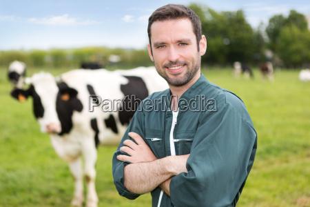 portrait einer jungen attraktiven landwirt auf