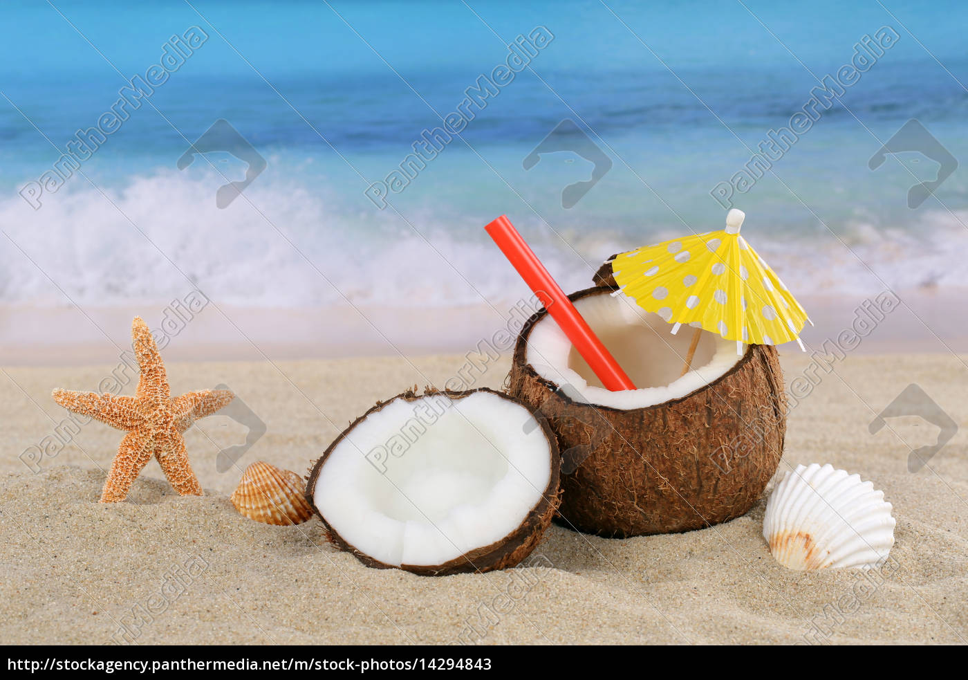 kokosnuss frucht cocktail drink im sommer am meer und lizenzfreies bild 14294843. Black Bedroom Furniture Sets. Home Design Ideas