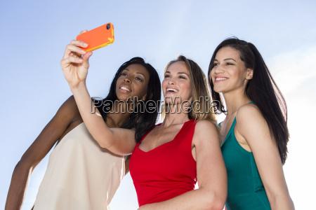 portraet von drei frauen selfies mit