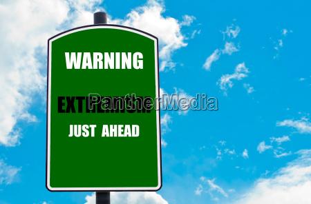 warnung extremism just ahead auf strassenschild