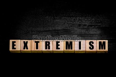 wort extremism isoliert auf schwarzem hintergrund