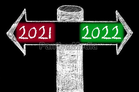 entgegengesetzte pfeile mit jahr 2021 gegenueber