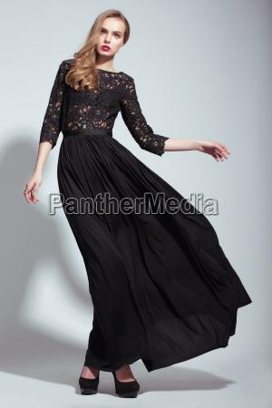 eleganz junge mode modell im schwarzen