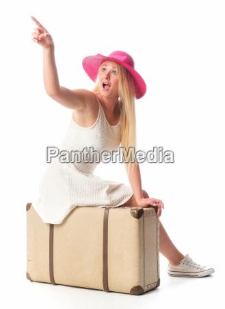 frau, sitzt, auf, koffer, und, zeigt - 14303907
