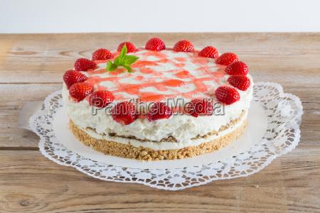 torte erdbeer frischkaese auf rustikal holz