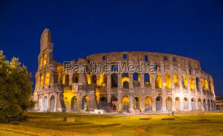 kolosseum bei nacht in rom