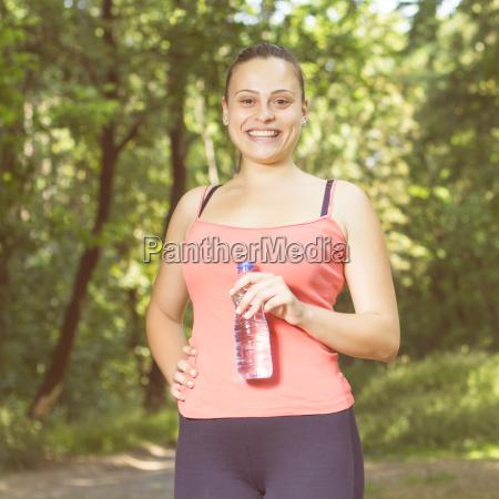 fitness laecheln gesunde junge frau