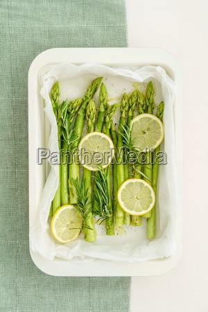 green asparagus with lemon slices