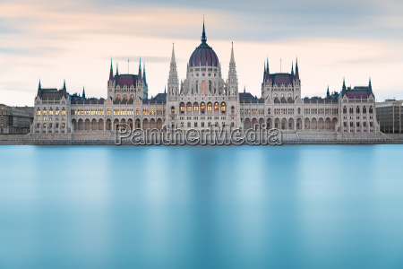 ungarischen parlamentsgebaeude vor der morgendaemmerung budapest