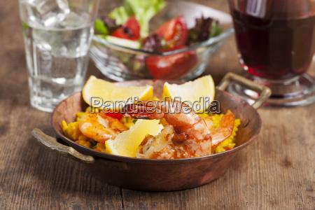 spanischen paella auf holz