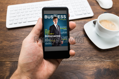person haende mit handy anzeigen business
