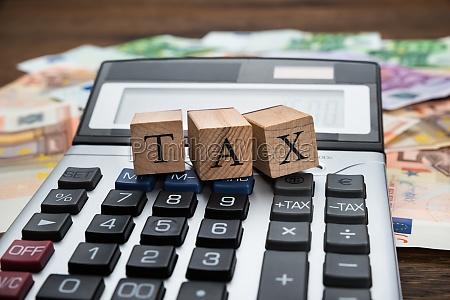 steuerwort auf holzbloecke ueber rechner