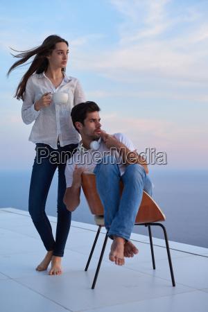 glueckliches junges romantisches paar spass haben