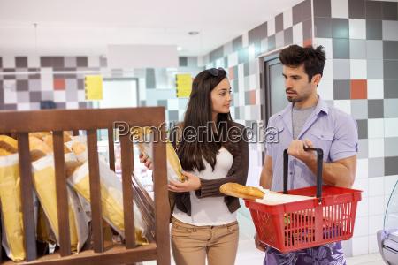 paar einkauf in einem supermarkt