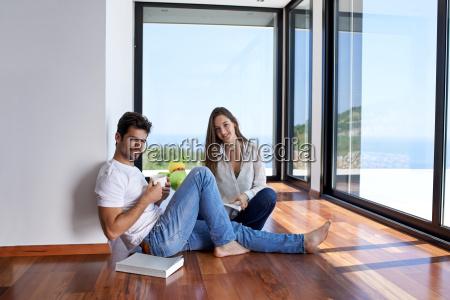 entspanntes junges paar zu hause treppenhaus