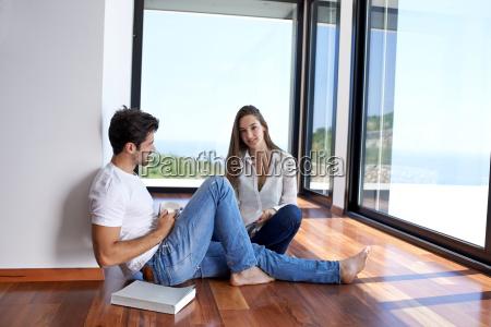 entspanntes junges paar zu hause treppe