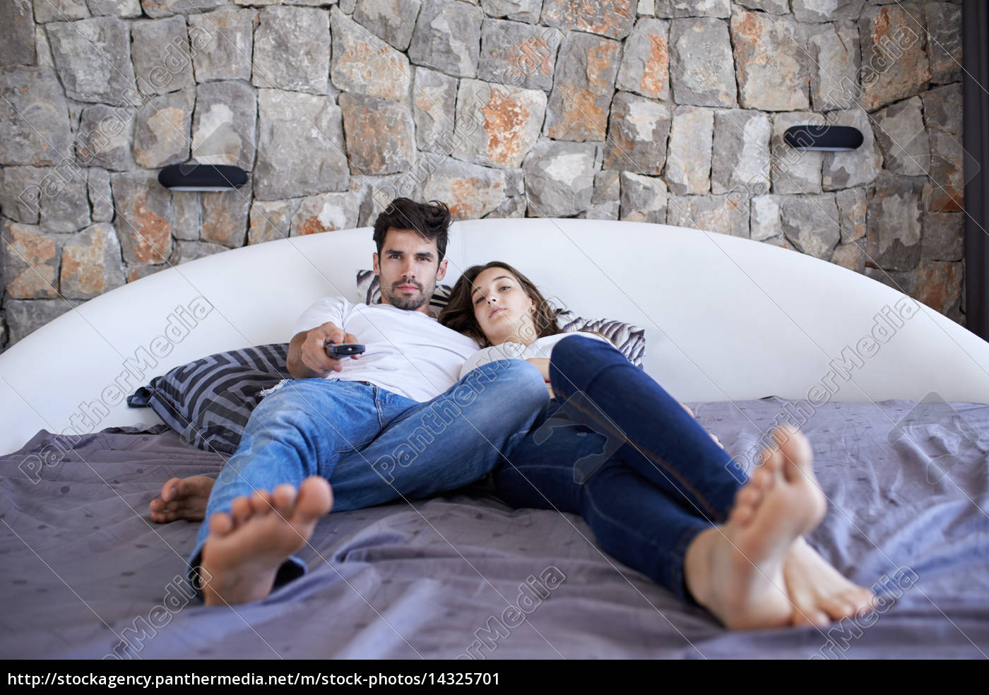 paar entspannen und spaß im bett - Lizenzfreies Bild - #14325701 ...