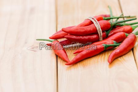 nahaufnahme rote chilischoten gewuerz zutat auf