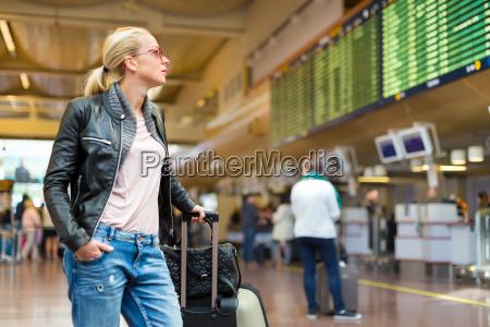 weibliche reisende ueberpruefung abfluegen bord