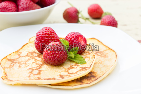pancakes with fresh strawberries