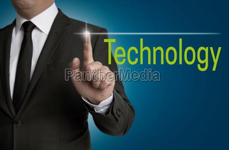 technologytouchscreen wird von geschaeftsmann bedient