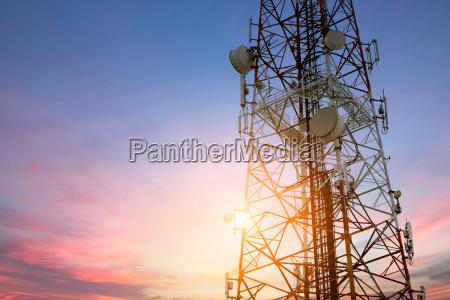satellitenschuessel telekommunikationsnetz bei sonnenuntergang kommunikation technolog
