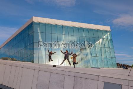 menschen zu fuss auf dem dach