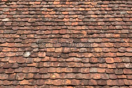 detailaufnahme einer dachflaeche mit sehr alten
