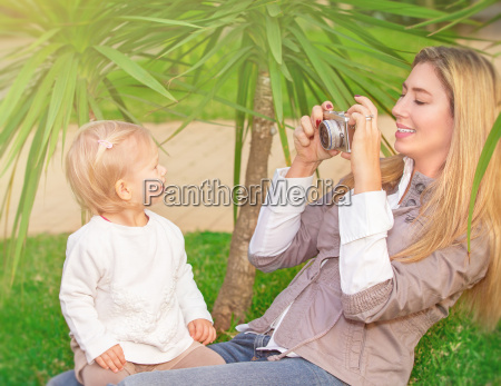 froehliche familie im park