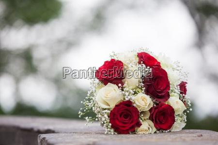 brautstrauss weisse und rote rosen